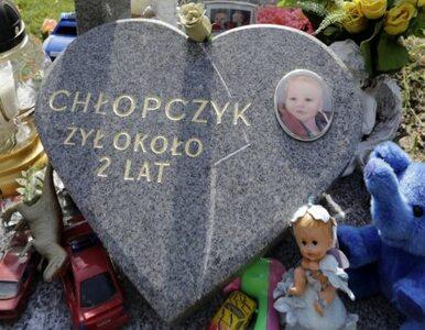 Rodzice 2-letniego Szymona pobierali na zmarłe dziecko zasiłek