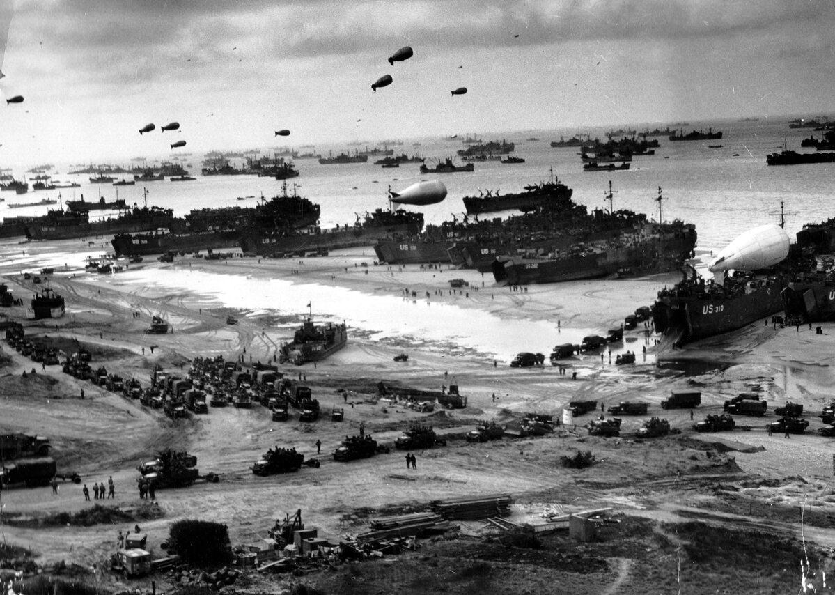 Gdy walki na plażach ustały, nadeszła pora na ogromną operację logistyczną. Uwagę zwracają zwłaszcza liczne balony zaporowe, wykorzystywane przeciwko lotnictwu wroga (9 czerwca 1944).