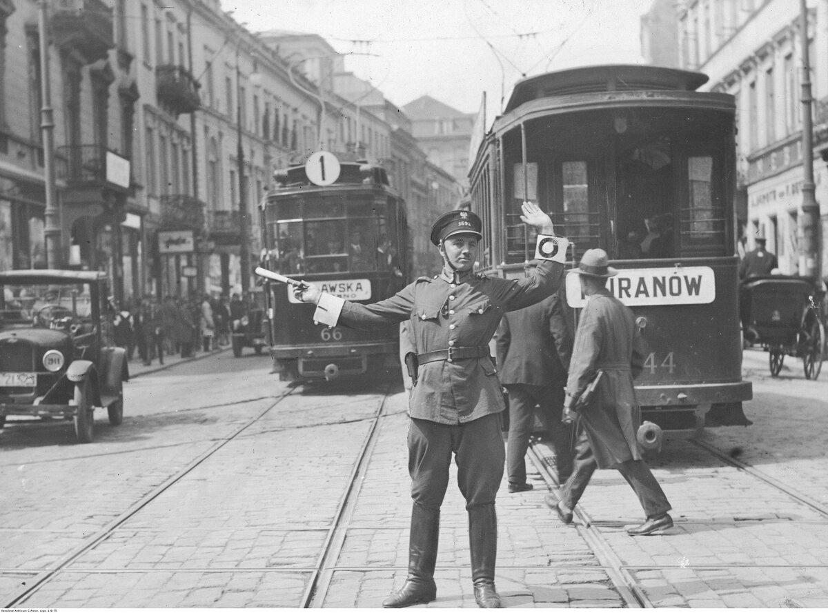 Funkcjonariusz kierujący ruchem na warszawskim Nowym Świecie