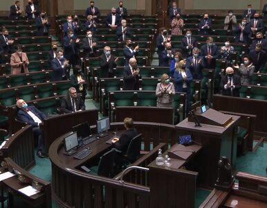 """Aplauz na stojąco, okrzyki """"hańba"""" i """"Polska"""". Reakcja Sejmu na słowa..."""
