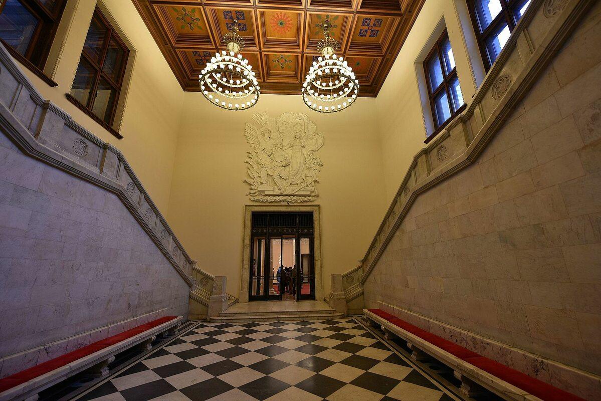 Jedna z dwóch klatek schodowych pomiędzy korpusem głównym a kuluarami Sali Kongresowej w PKiN