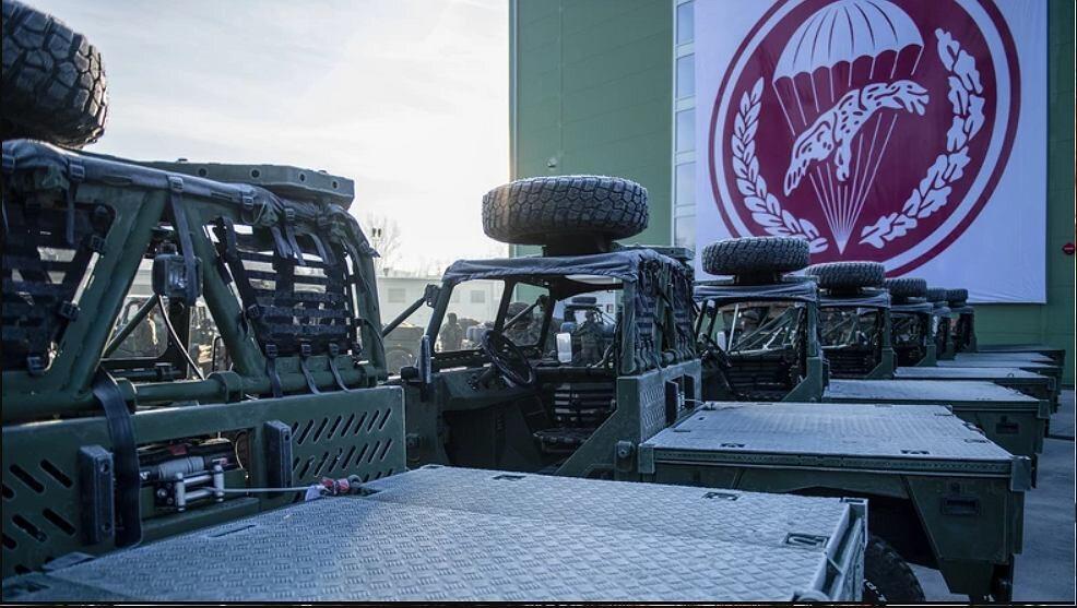 AERO 4x4 Jak sama nazwa wskazuje AERO 4x4 to samochód terenowy, który można przewozić wojskowym śmigłowcem (przyczepia się go pod pokładem). Można fo zrzucać ze spadochronem z platformy desantowej i z pokładów samolotów transportowych C-130E Hercules lub C295M.