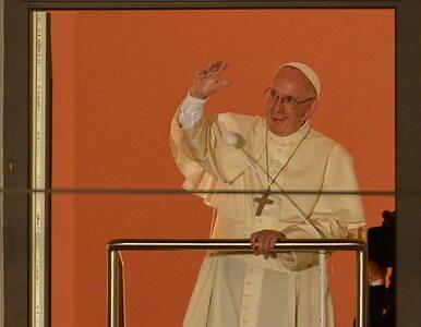 Franciszek uciszał, czy prosił o hałas? Wpadka papieskiego tłumacza