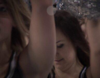 Cheerleaderka zawisła na koszu. Akrobatyczny popis na meczu Anwilu...