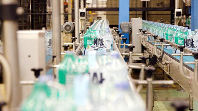 Produkcja naturalnej wody mineralnej Nałęczowianka wbutelkach wykonanych zudziałem PET zrecyklingu