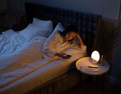 Nie możesz zasnąć bez sprawdzenia telefonu? Sprawdź, czym to grozi