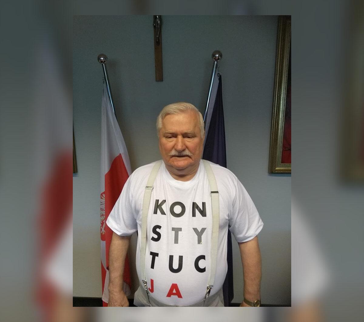 """Lech Wałęsa już wcześniej często pojawiał się w koszulce z napisem """"Konstytucja"""" Tutaj w swoim gabinecie w Europejskim Centrum Solidarności."""