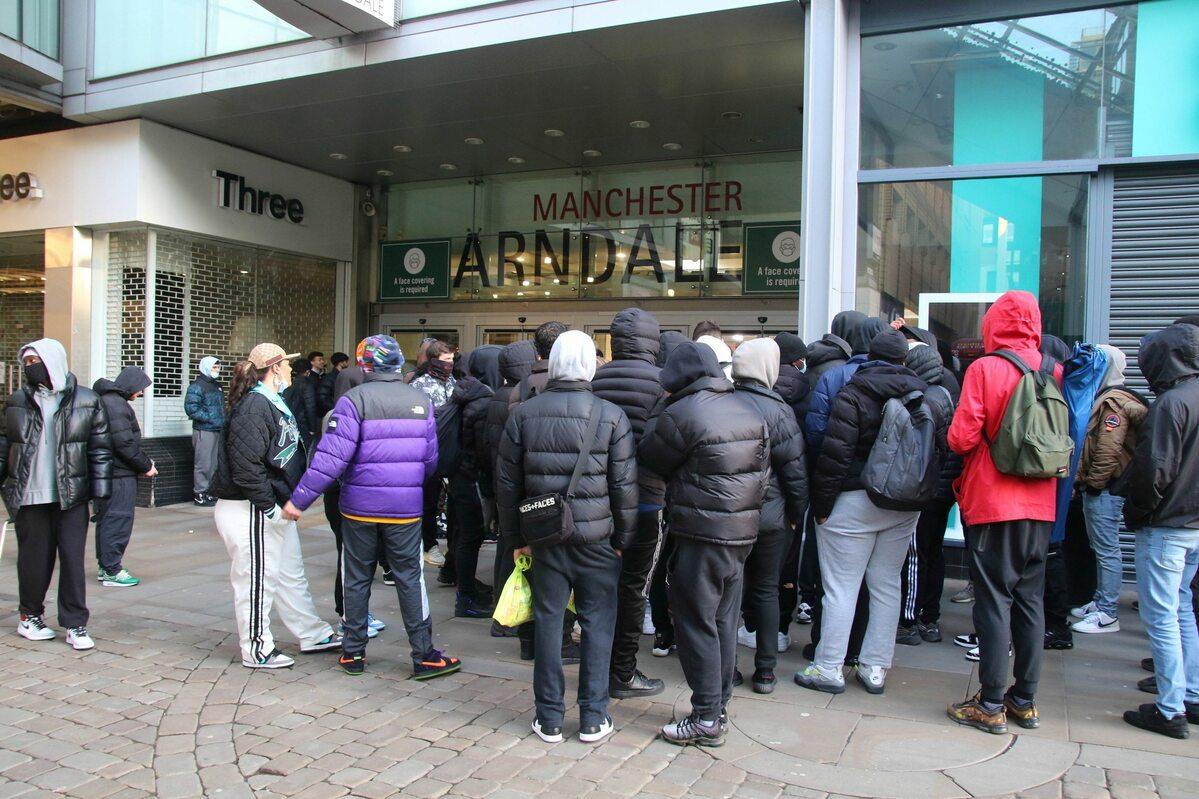 Oczekujący na otwarcie sklepu w Manchesterze