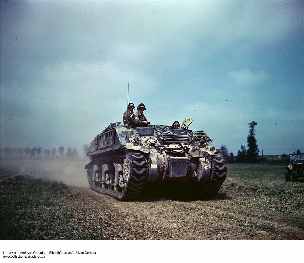 Kanadyjczycy w drodze na południe od miasta Caen.