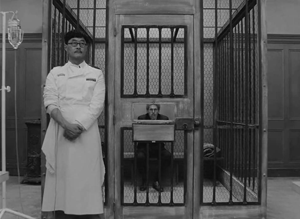 "Kadr z filmu ""Kurier Francuski z Liberty, Kansas Evening Sun"" (ang. ""The French Dispatch"") Wesa Andersona"