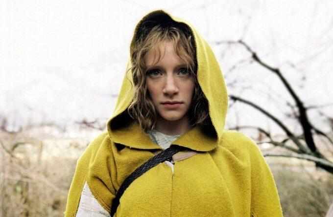 "Kadr zfilmu ""Osada"" / ""The Village"" (2004)"