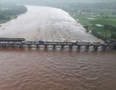Dwa autobusy wpadły do rzeki. Zawalił się stary most