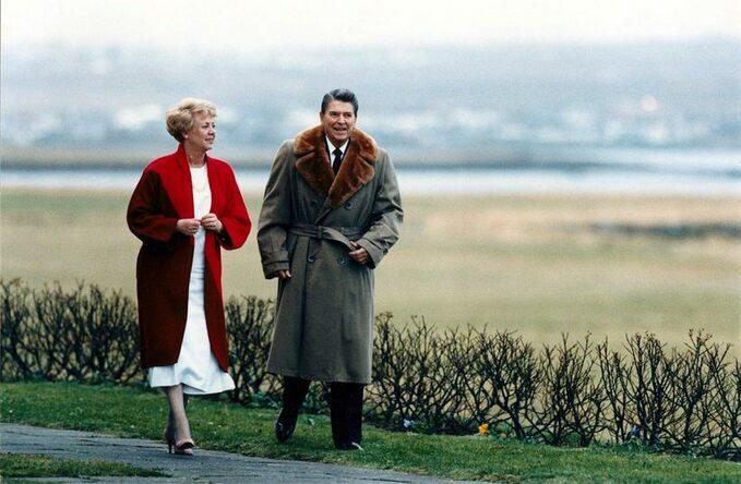 Prezydent Islandii Vigdís Finnbogadóttir ucina pogawędkę zprezydentem Reaganem