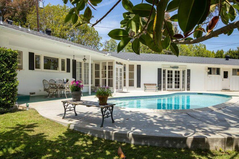 Dom usytuowany jest w Brentwood w Los Angeles