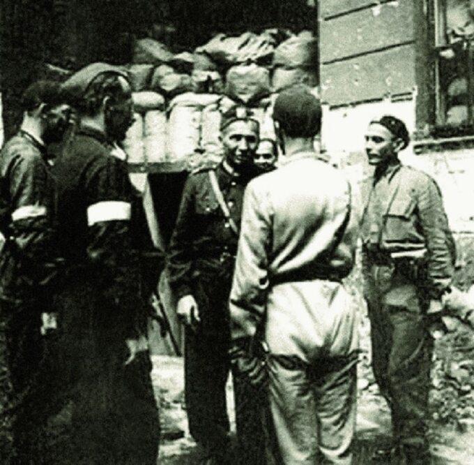 Leopold Okulicki wśród żołnierzy AK wczasie walk powstańczych wWarszawie