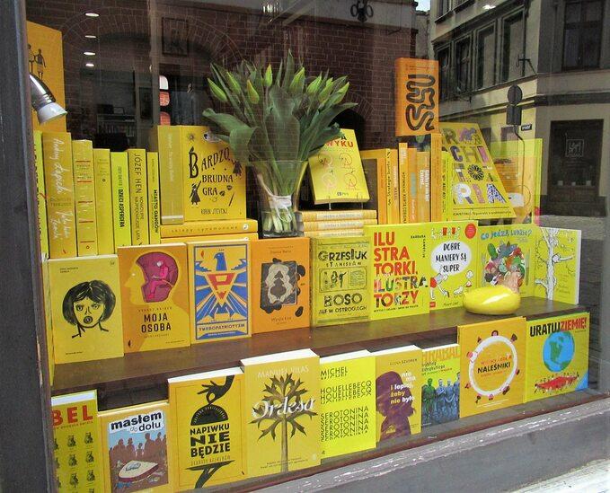 Kolorowe witryny księgarni Kafka ispółka zTorunia