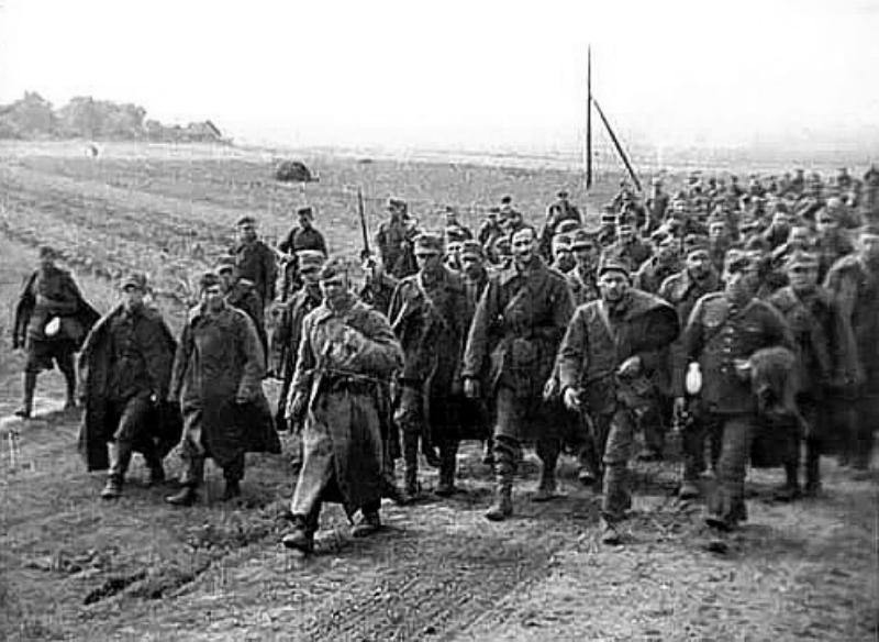 Polscy żołnierze – jeńcy wojenni konwojowani przez Armię Czerwoną do kolejowych punktów załadunku za granicą polsko-sowiecką