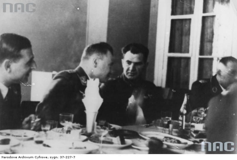 Przyjęcie niemiecko-radzieckie. Trzeci z lewej widoczny komdiw Wasilij Czujkow, późniejszy obrońca Stalingradu i zdobywca Berlina