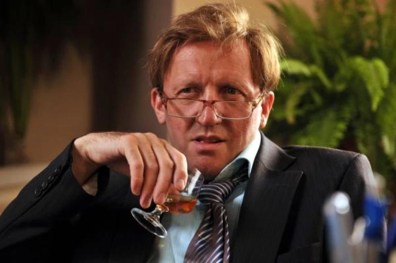 W kogo wciela się w serialu Artur Barciś?