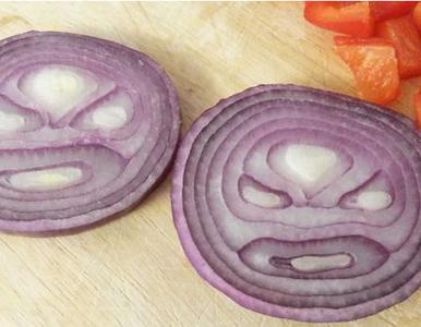 Czy jedzenie surowej cebuli z solą kamienną może wyleczyć COVID-19?