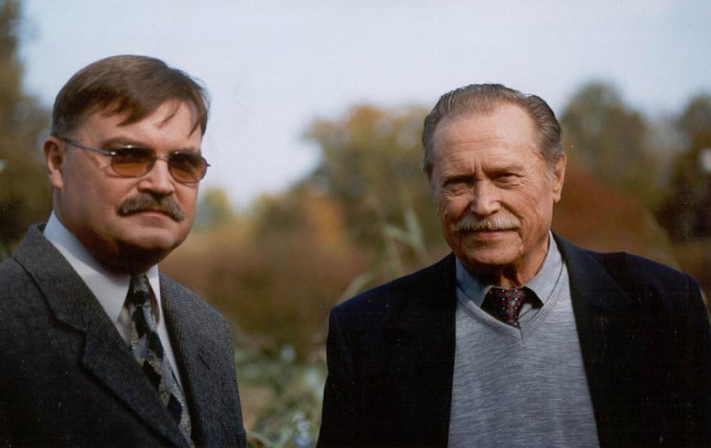 Kim był Zenon Łagoda, w postać którego wcielał się w serialu Emil Karewicz?