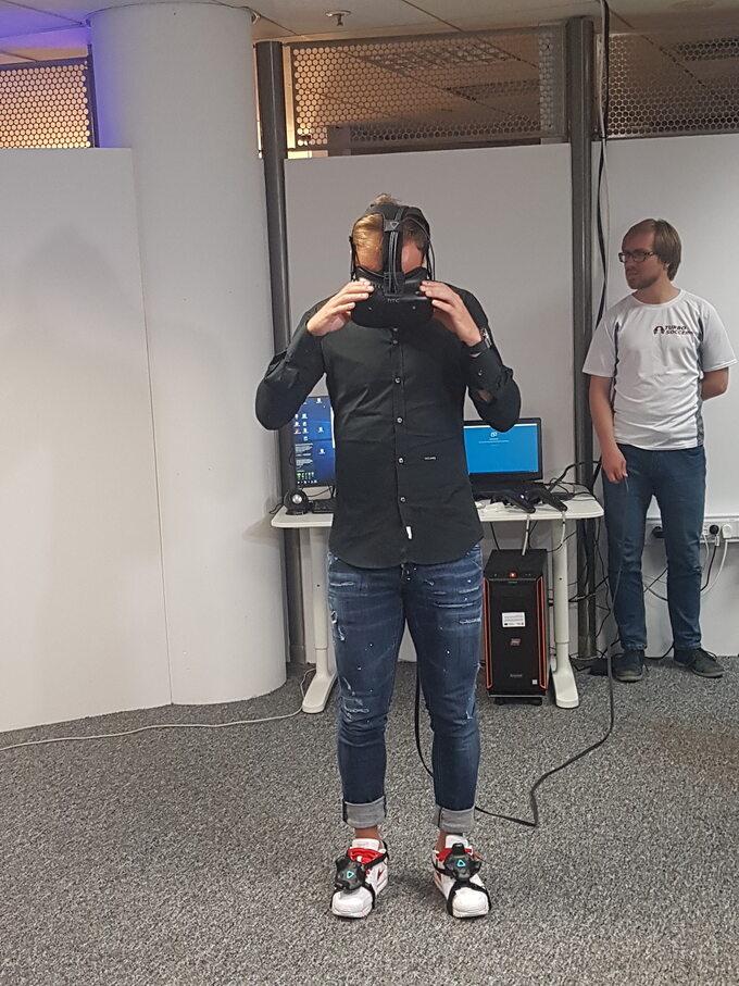 Kamil Grosicki podczas gry Turbo Soccer VR