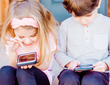 """Szkoła zakazuje korzystania z telefonów. Władze przerażone """"głuchą ciszą"""""""