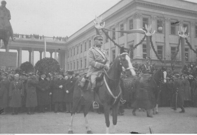 Piłsudski naKasztance przyjmuje defiladę. Wtle widoczny Pałac Saski ipomnik księcia Józefa Poniatowskiego