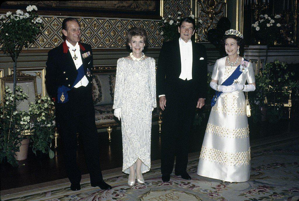 Książę Filip na zdjęciu z królową Elżbieta II, prezydentem USA Ronaldem Reaganem i jego żoną w 1982 roku