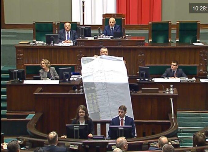 Minister Adamczyk pokazuje listę roszczeń