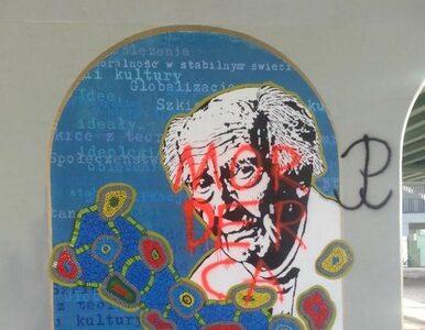 """Zniszczono mural Baumana. """"Zamalujemy go, skoro takie są oczekiwania..."""