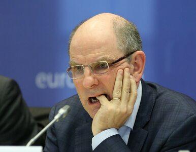 Wicepremier Belgii miał spory kłopot z założeniem maski ochronnej. Robił...