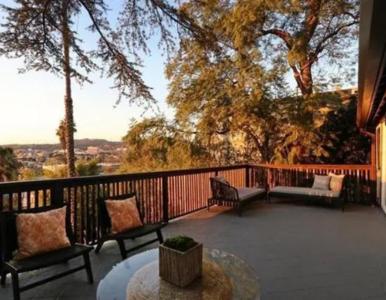"""Camila Mendes z serialu """"Riverdale"""", kupiła dom w Los Angeles. Tak..."""