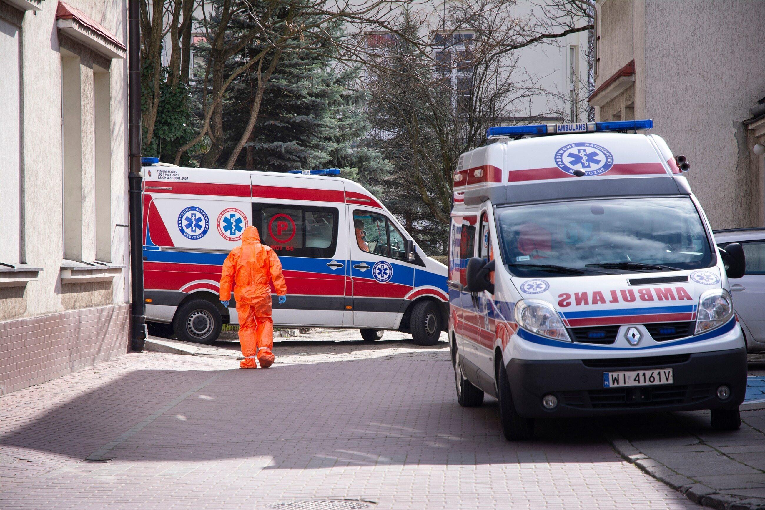 Karetki przed szpitalem w Warszawie