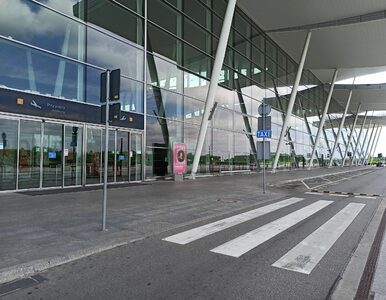 Wrocław. Pasażer wyprowadzony z samolotu. Nie chciał założyć maseczki