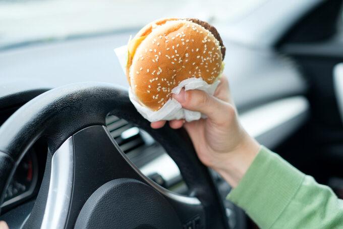 Jedzenie burgera wsamochodzie