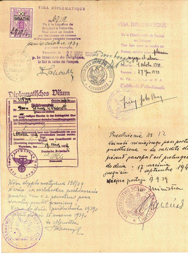 """Paszport dyplomatyczny Juliusza Dzianotta, referendarza w Departamencie Konsularnym MSZ, z wpisem przedłużającym ważność dokumentu sporządzonym 17 września 1939 r. """"w miejscu postoju"""" (Archiwum Akt Nowych)."""