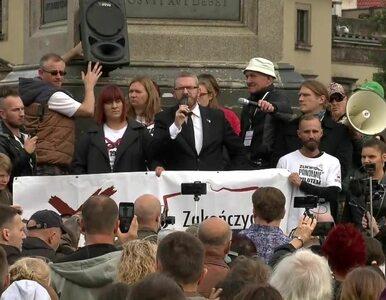 Bez masek, w tłumie. Wśród nich poseł. Protest antycovidowców w Warszawie