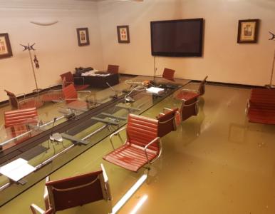 Politycy odrzucili poprawki, zalało ich salę. Zemsta natury?