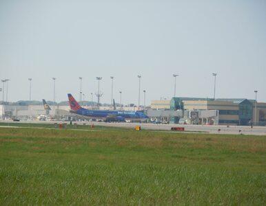 Noblista błąkał się przy lotnisku. W aucie były zwłoki jego żony