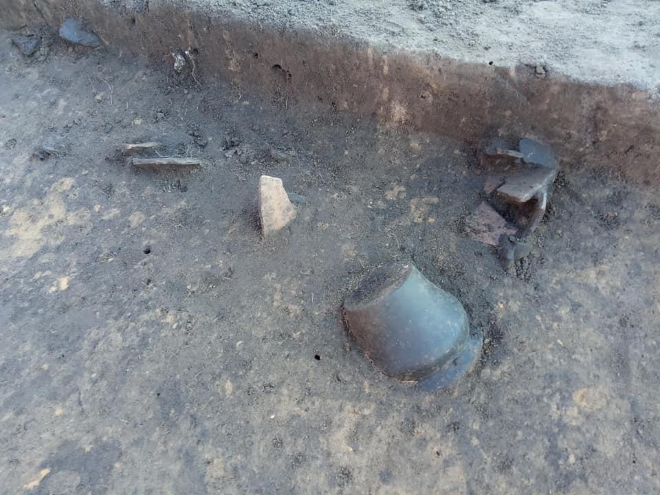 Wnętrze jednego z grobów z miniaturowym naczynkiem