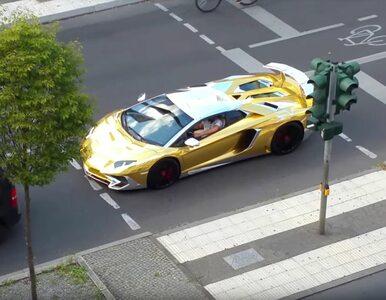 """""""Błysk i blask"""". Zatrzymano złote Lamborghini Aventador. Pojazd oślepiał..."""