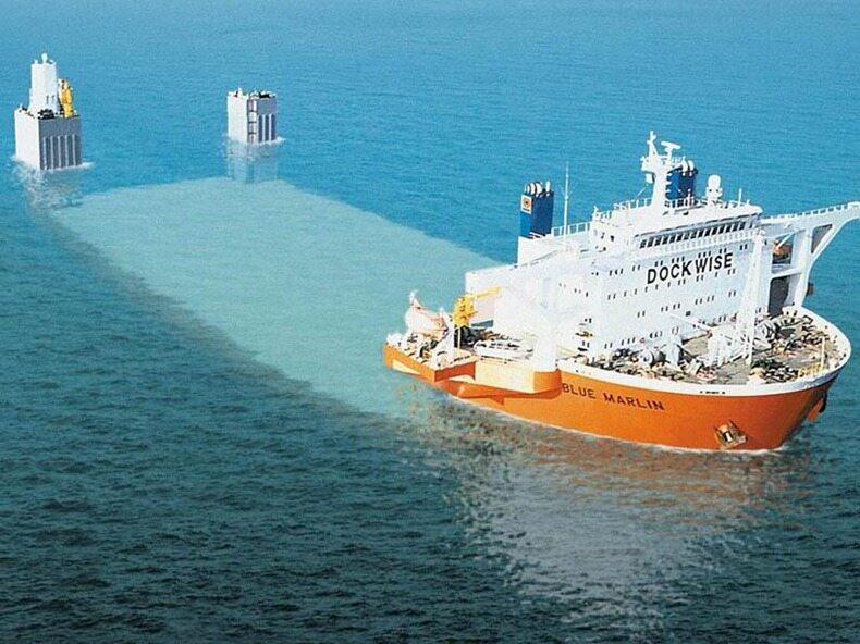 MV Blue Marlin zanurza się, aby można go było załadować...