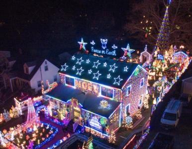 Udekorowali dom setkami tysięcy lampek. Sąsiedzi nie wytrzymali