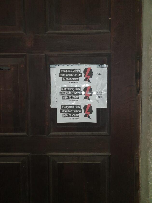 Plakat na drzwiach kościelnej instytucji