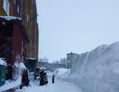 Zakopane samochody, zaspy wyższe od człowieka. Tutaj śnieg padał przez...