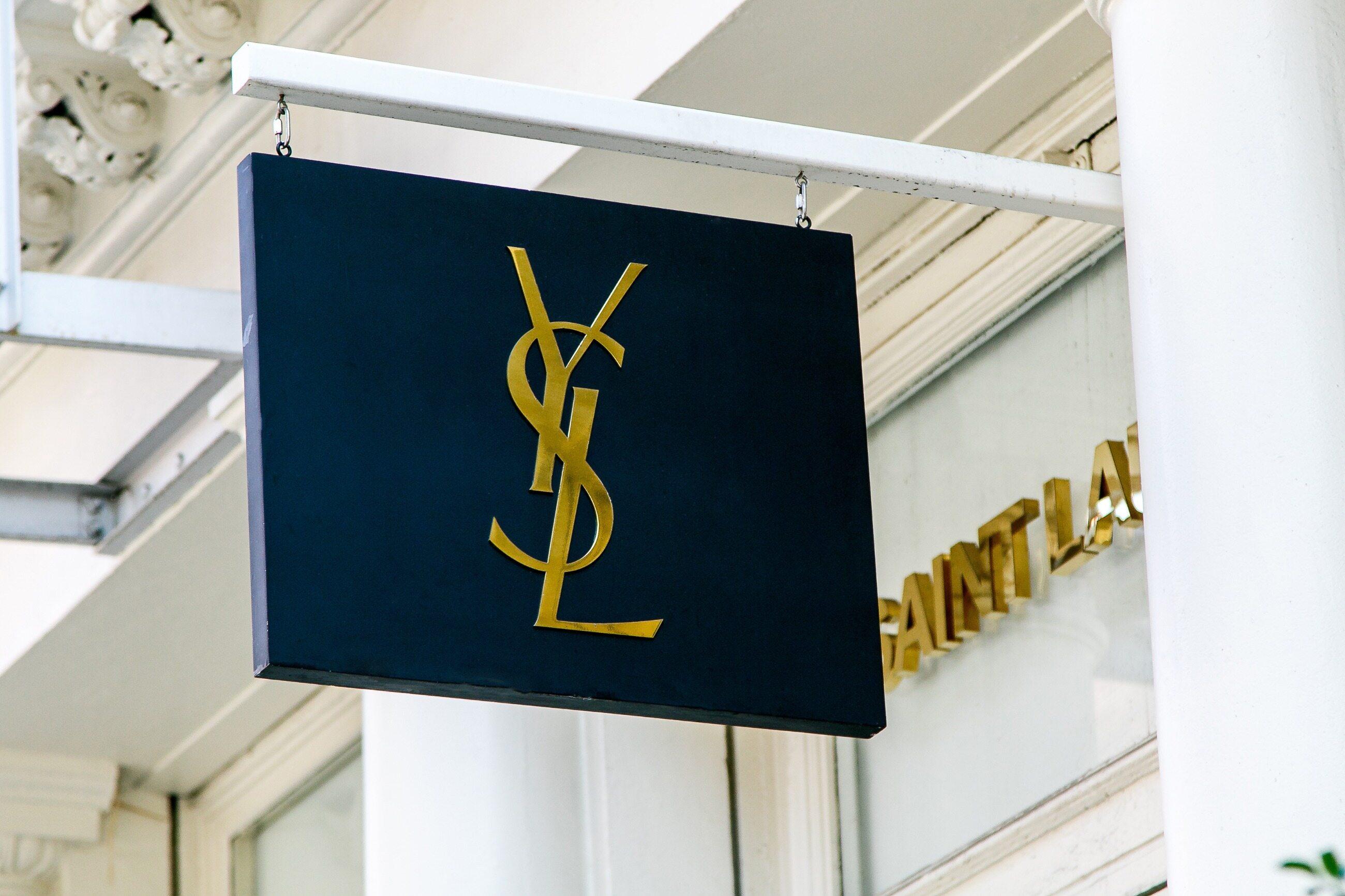 Logo tego francuskiego projektanta mody znajdziemy m.in. na torebkach i perfumach.  A jak poprawnie wymówić Yves Saint Laurent?