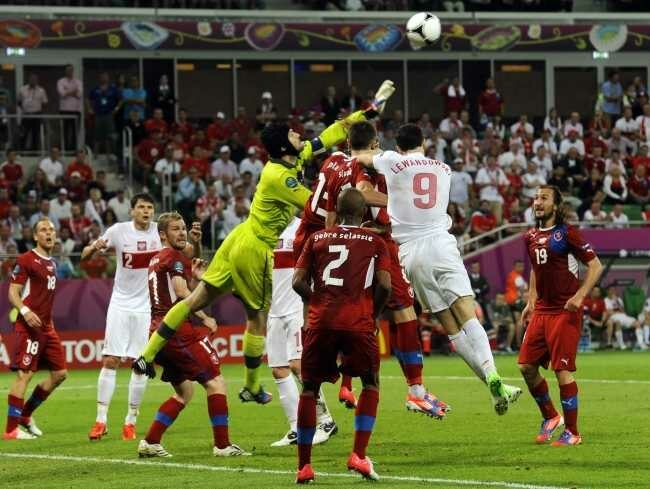 Petr Cech tym razem nie musiał wyjmować piłki z siatki (fot. EPA/GERRY PENNY/PAP)