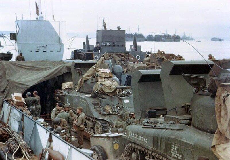 Czołgi M4 Sherman przygotowywane do transportu. Ich użycie już w pierwszym okresie po rozpoczęciu inwazji będzie nieocenione (koniec maja lub początek czerwca 1944).