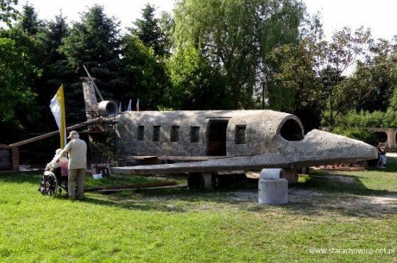 W sanktuarium Bolesnej Królowej Polski w Kałkowie w woj. świętokrzyskim powstaje makieta rządowego Tu-154 M (fot. starachowice-net.pl)